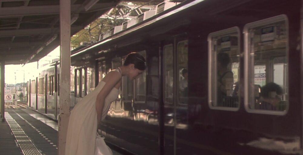 阪急電車-お辞儀をする翔子
